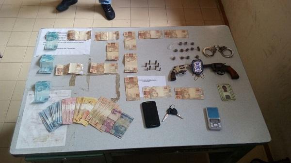 Polícia age rápido e detém menores acusados de praticarem assaltos em Condeúba; armas, dinheiro e outros objetos foram apreendidos