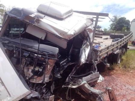 Valença: Acidente entre van e caminhão deixa um morto em BR-101