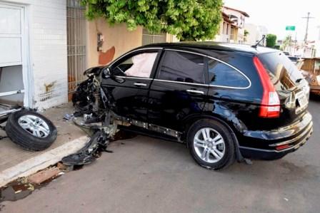Homem provoca acidente com veiculo e ameaça policiais no momento da ocorrência