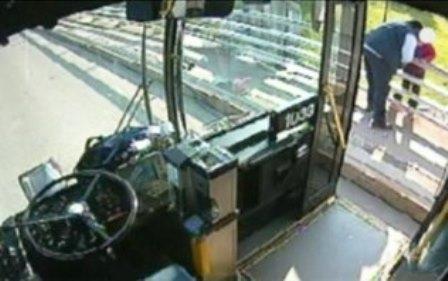 Flagrante: Motorista de ônibus impede um suicídio nos EUA