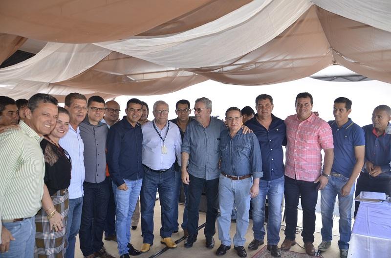 Prefeito de Rio do Antônio e demais lideranças assinam ordem de serviço para construção da adutora do Truvisco