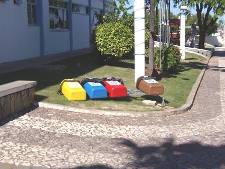 Vândalos destroem lixeiras em frente a prefeitura