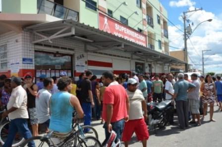 Quinze pessoas são mantidas reféns em tentativa de assalto a supermercado