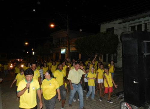 Centenas de pessoas participaram da caminhada e carreata no Clamor Pela Paz - Culto do Trabalhador