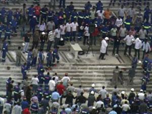 Obra do estádio do Corinthians é retomada com homenagem a mortos