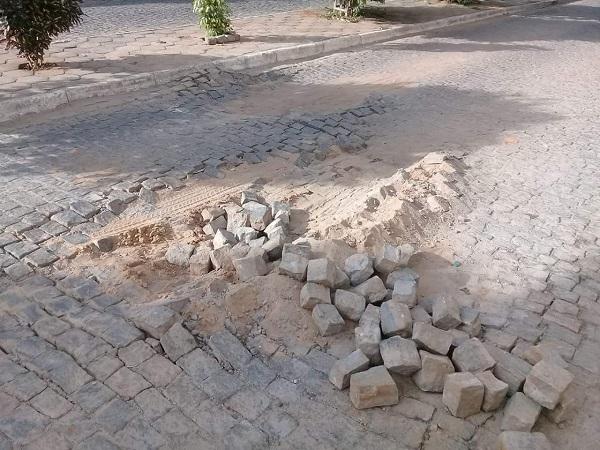 Calçamento cede na Rua da Abolição no Bairro São Félix e moradores pedem recuperação