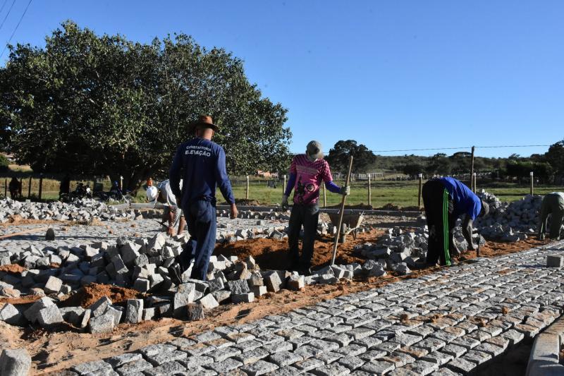 Guajeru: Obras de pavimentação de ruas que dão acesso ao tanque da igreja estão em andamento