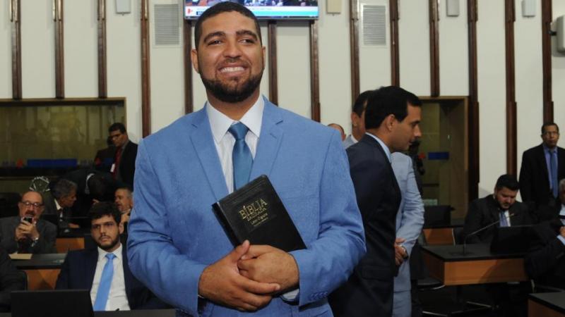 Deputado apresenta projeto de lei que entrega 'à santíssima trindade' o comando da Bahia