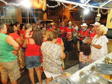 Dona Dete do Acarajé recepciona Grupo de Reisado na  Praça Armindo Azevedo
