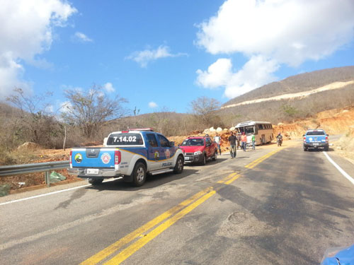 Após 5 dias de se envolver em um acidente ônibus continua numa curva ás margens da BA-148
