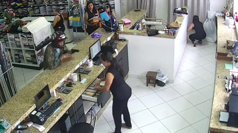Bandido armado assalta loja no centro de Brumado; veja o vídeo