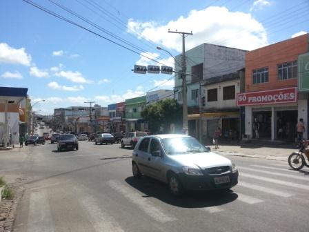 Semáforos com defeito e trânsito confuso no centro da cidade