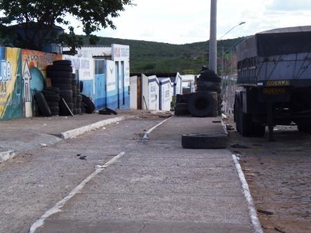 Acúmulo de pneus velhos nas calçadas prato cheio para o mosquito da dengue