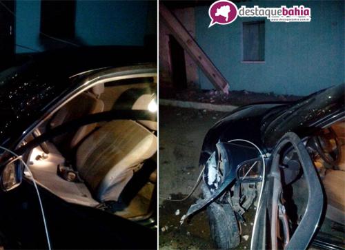 Motorista colide o carro em um poste e rua fica no escuro