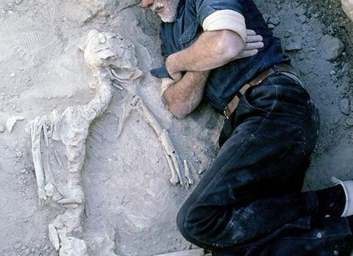 Mendigo vive há 13 anos dentro de túmulo em cemitério de Brotas (SP) ao lado de esqueleto de amigo