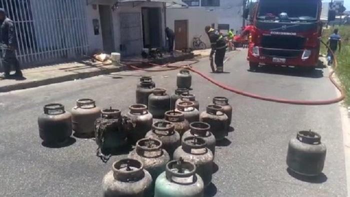 Incêndio atinge fábrica de biscoitos e deixa duas pessoas feridas em Vitória da Conquista
