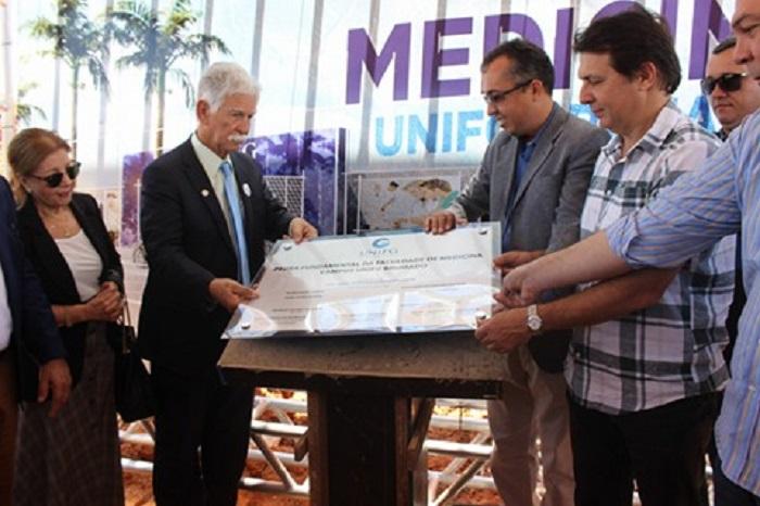 Lançamento da Pedra Fundamental do curso de Medicina da UniFG é realizado em Brumado; prefeito esteve presente