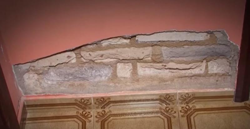 Mulher processa Embasa após cano estourar e comprometer estrutura de casa em Vitória da Conquista