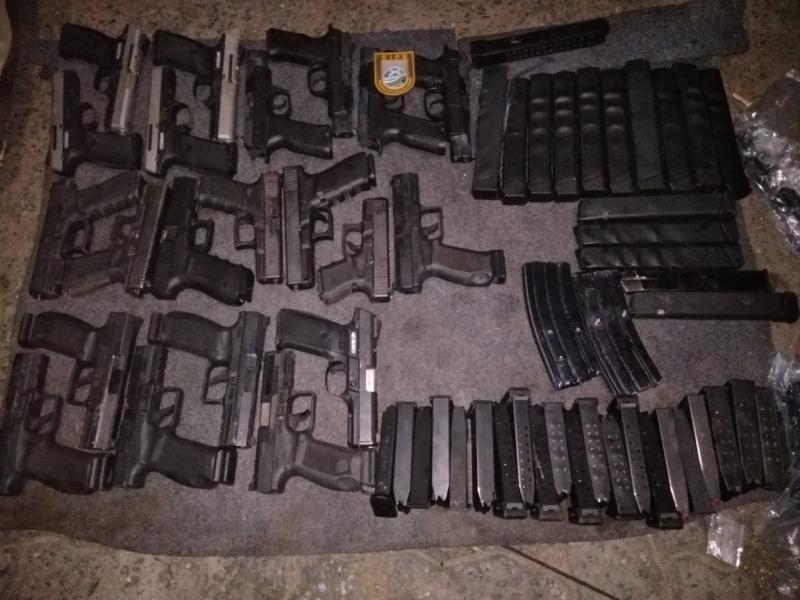 PM e PF interceptam carro com 21 pistolas escondidas em tanque de combustível na Bahia