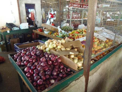 Ladrões fazem 'limpa' em barraca de verduras no Mercado Municipal