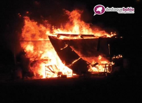 Incêndio destrói a barraca do Dóia, próximo ao trevo do Anel viário saída para Vitória da Conquista