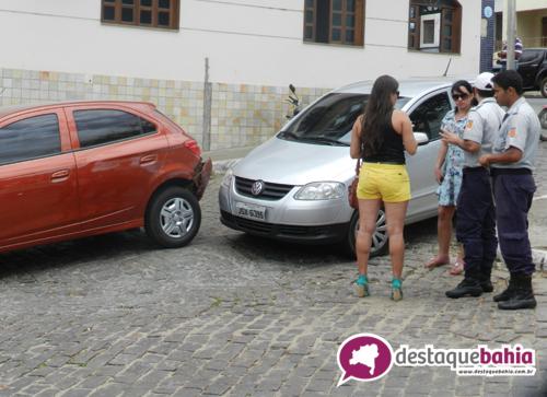 Duas mulheres se envolvem em acidente no centro da cidade