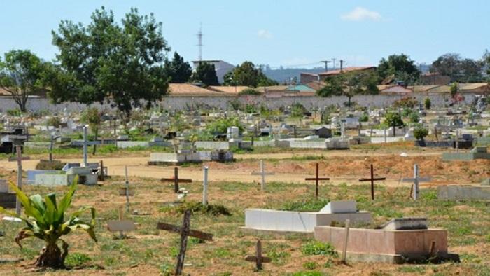 Conquista: Superlotado, cemitério tem enterros em área que passa carros