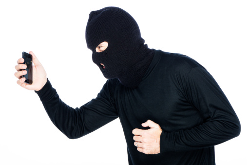 DEIXOU O CURRÍCULO: bandido toma bolsa de mulher, mas esquece o pedido de emprego