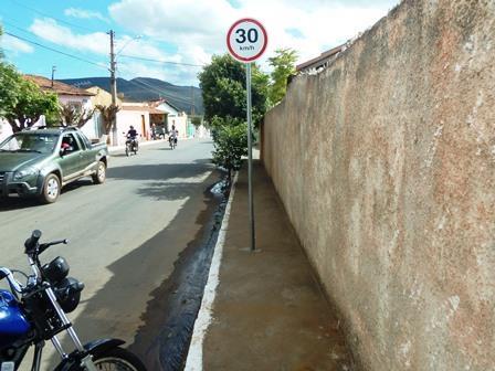 Placas de sinalização continuam sendo instaladas no meio das calçadas
