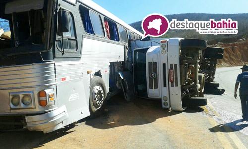 Caminhão tomba após atingir ônibus de acidente anterior que está há dez dias no local