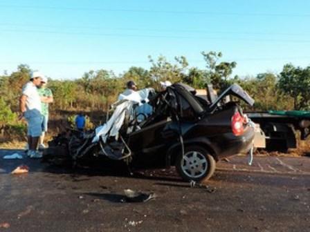 Luís Eduardo Magalhães: Pais e dois filhos morrem em batida na BR-242 e carro fica destruído