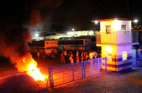Revoltados com a  paralisação passageiros atearam fogo em lixo na garagem da Novo Horizonte