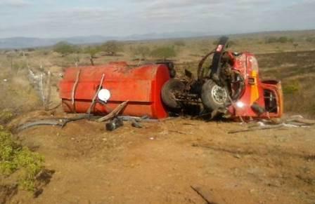 Cansanção: Caminhão que levava água para povoado quebra ao meio