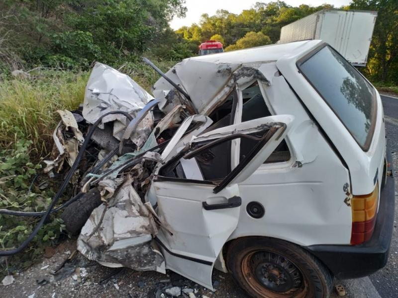 Motorista de carro morre em batida com ônibus na BR-242, na Bahia; veículo ficou destruído