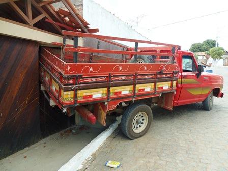 Caminhonete desgovernada atinge portão de residência no Bairro São Félix