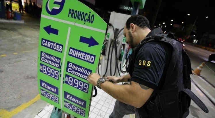 Ao se aproveitar da falta de combustíveis e vender gasolina a R$ 8,99; posto é fechado e multado pelo PROCON - PE