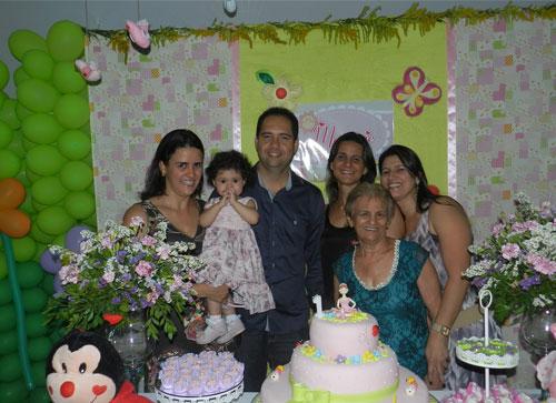 Família e amigos comemoram o aniversário de Marjorie