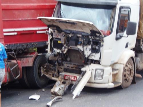 Acidente envolvendo caminhão e carreta no centro da cidade