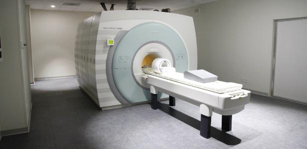 Homem morre após ficar preso em máquina de ressonância magnética