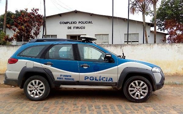 Homem armado invade delegacia, deixa carcereiro em cela e mata preso em Itiruçu