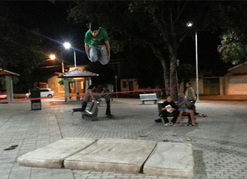 Jovens utilizam praças públicas para prática de esporte