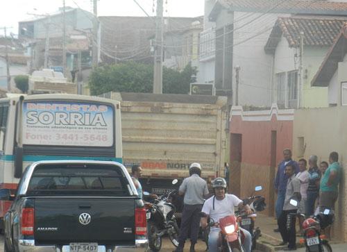 Acidente entre Caçamba e Ônibus deixa parte da da Avenida João Paulo I Obstruída