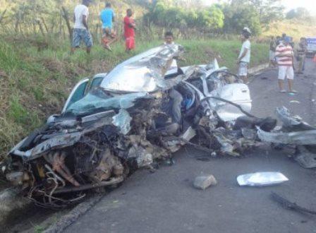 Acidente entre ônibus da Águia Branca mata motorista na BR-101