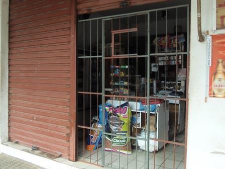 Com medo de assaltos comerciantes instalam grades nas portas dos estabelecimentos