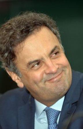 Aécio diz que Dilma vai 'pagar o preço' da eliminação do Brasil