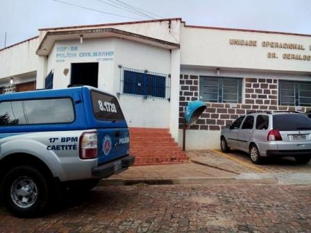 Polícia prende três pessoas e recupera moto e celulares roubados