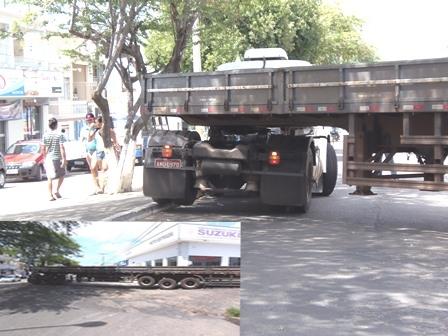 Ao realizar manobra carreta provoca congestionamento na Avenida Centenário