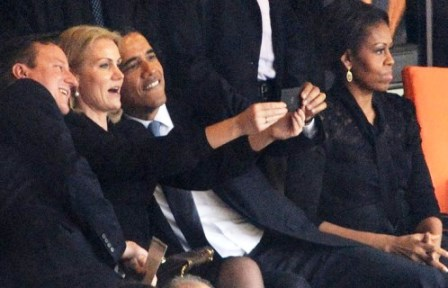 Descontração de Obama durante cerimônia de adeus a Mandela causa polêmica