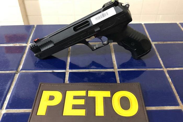Homem é detido com simulacro de arma após ameaçar pessoas no circuito de São Pedro do Olhos D'água