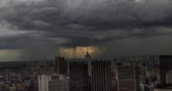 Temporal em São Paulo causa 2 mortes, queda de 40 árvores e trava trânsito